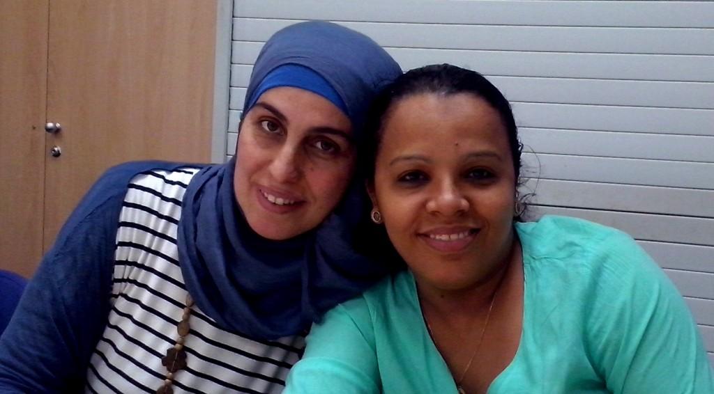 L'Atika, a la dreta, acompanyada de la tutora del curs, en el darrer dia de curs.